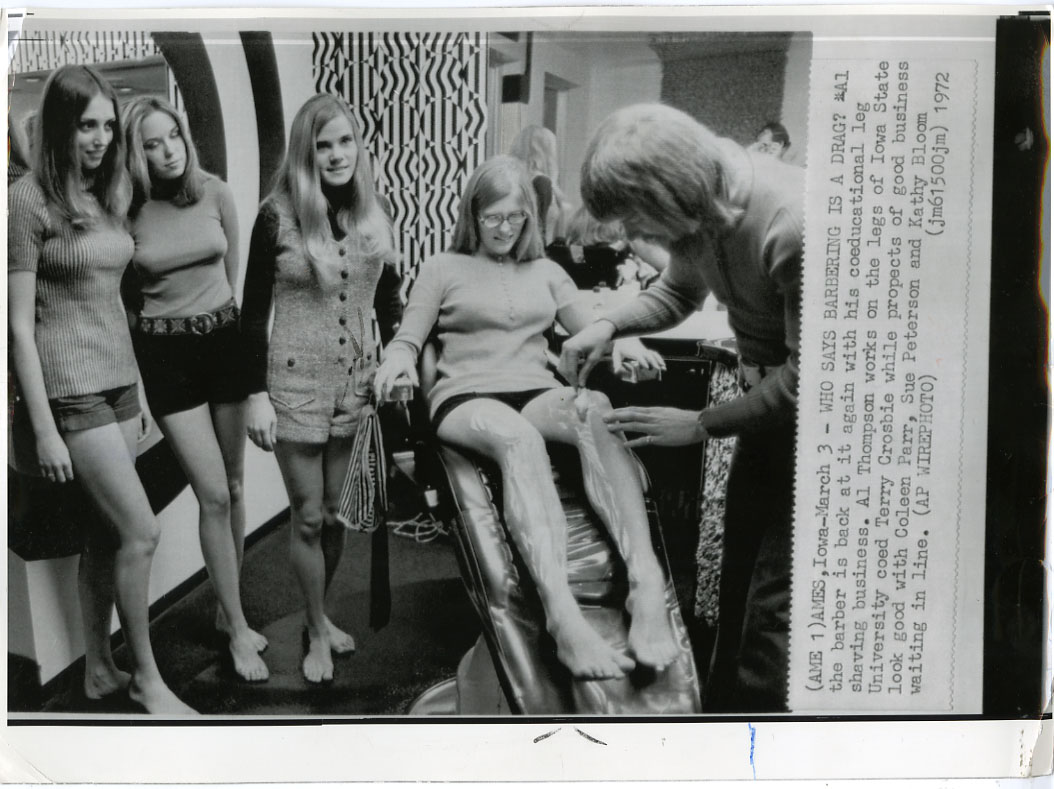 NEWS PHOTO: HOT BABES GET THEIR LEGS SHAVED (1972) IOWA STATE UNIVERSITY