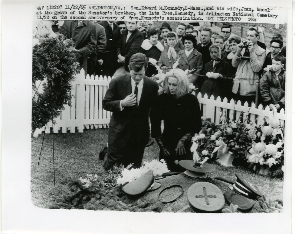 NEWS PHOTO: JOHN F. KENNEDY ETERNAL FLAME/GRAVESITE / TED KENNEDY & JOAN
