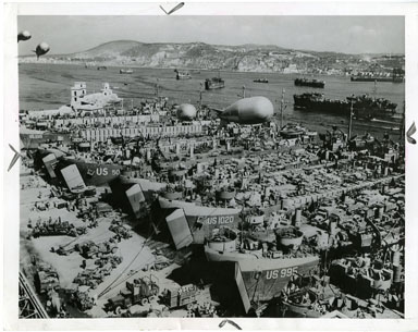 NEWS PHOTO: WWII - LST SHIPS IN ITALIAN PORT (1944)