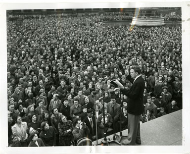 NEWS PHOTO: EVANGELIST BILLY GRAHAM MINISTERS / LONDON'S TRAFALGAR SQUARE (1954)