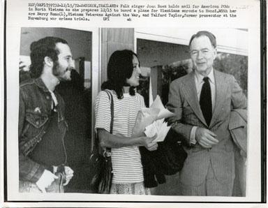 NEWS PHOTO: SINGER JOAN BAEZ DELIVERS MAIL TO VIETNAM (1972)
