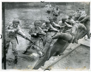 NEWS PHOTO: MICHIGAN STATE TROOPS / 34th REGIMENT BAYONET PRACTICE (1944)