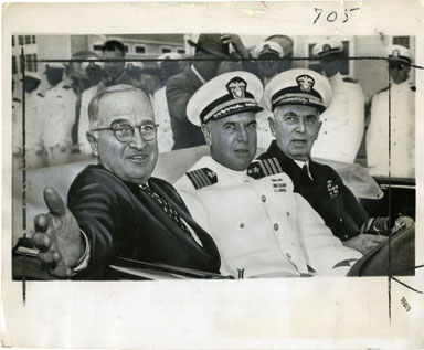 NEWS PHOTO: HARRY S TRUMAN & NAVAL OFFICERS (1951)