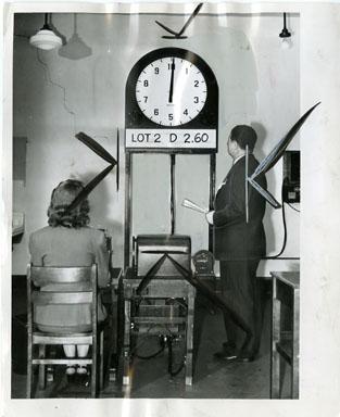 NEWS PHOTO: SELAVISION DEVICE FRUIT AUCTION (1945)