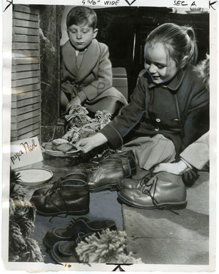 CHRISTMAS NEWSPAPER PHOTO - FRENCH CHILDREN (1952)